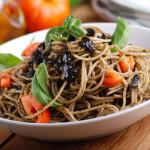 spaghetti al nero di seppia con cozze e pomodorini